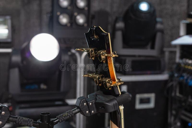 detalhes do guitarrista na fase foto de stock