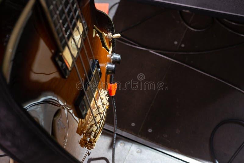 detalhes do guitarrista na fase imagens de stock royalty free