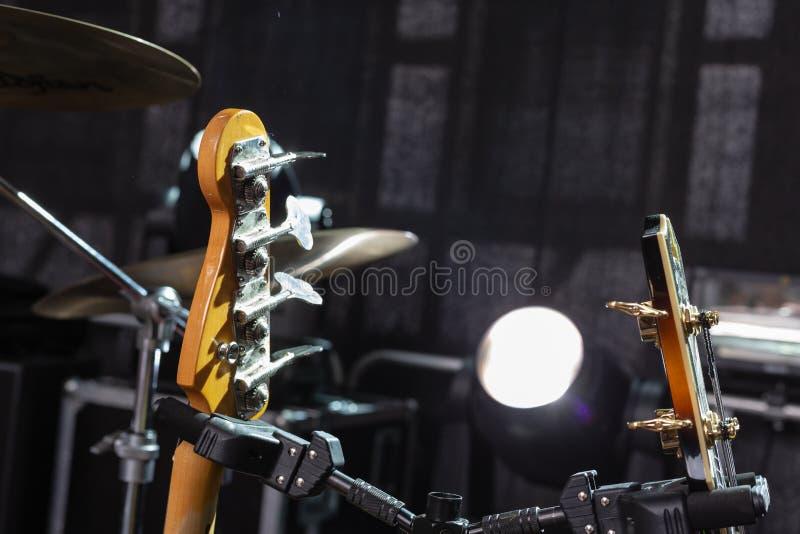 detalhes do guitarrista na fase imagem de stock