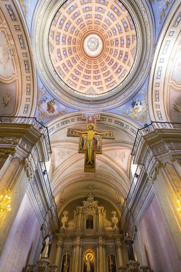 Detalhes do interior e do teto de basílica da catedral em Salta foto de stock