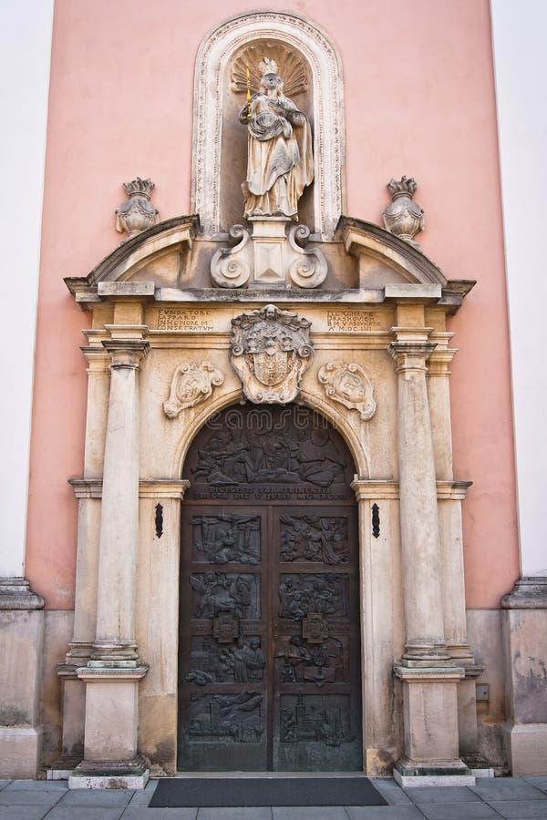 Detalhes do projeto da entrada dianteira da catedral fotografia de stock royalty free