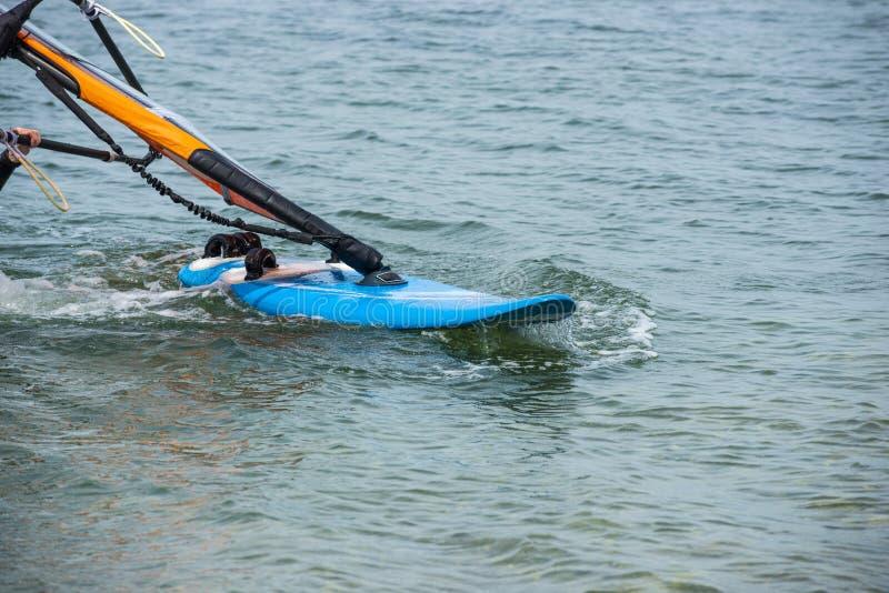 Detalhes do windsurfe Um windsurfer monta no mar imagens de stock royalty free