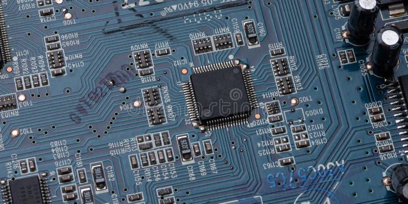 Detalhes e componentes de uma placa de circuito impresso azul imagem de stock