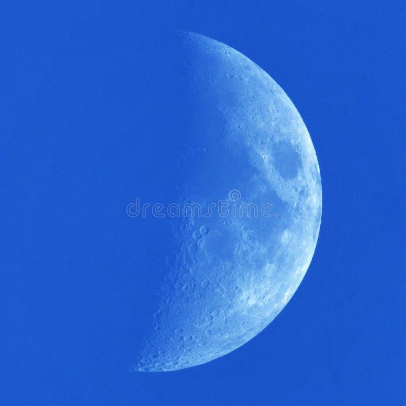 Detalhes e nuvens da lua no céu azul imagens de stock