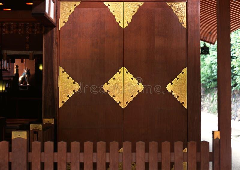 Detalhes e testes padrões de madeira do ouro da porta da entrada japonesa imagens de stock royalty free