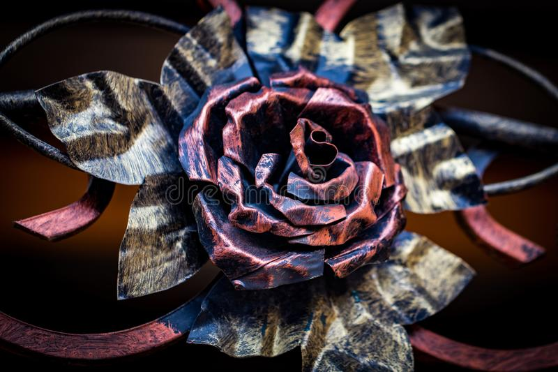 Detalhes, estrutura e ornamento da porta forjada do ferro decorativo fotografia de stock royalty free