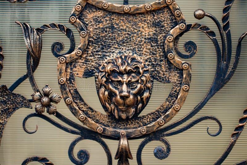 Detalhes, estrutura e ornamento da porta forjada do ferro decorativo fotos de stock