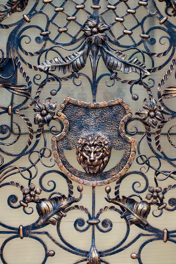 Detalhes, estrutura e ornamento da porta forjada do ferro decorativo imagens de stock