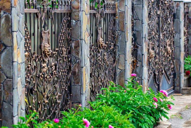 Detalhes, estrutura e ornamento da porta forjada do ferro decorativo imagem de stock