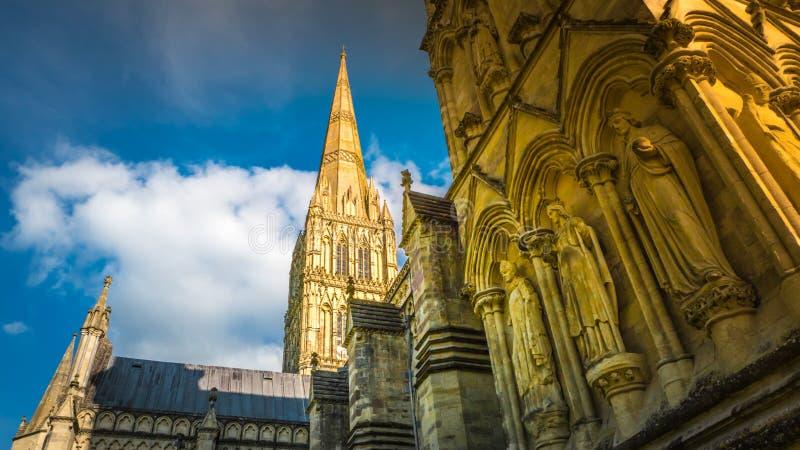 Detalhes góticos da fachada da catedral de Salisbúria em Salisbúria, Reino Unido fotografia de stock royalty free