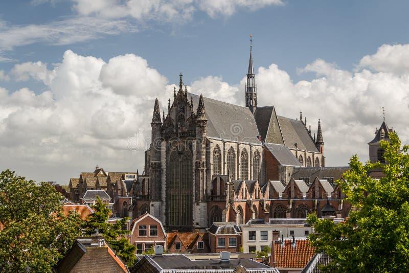 Detalhes góticos da igreja da catedral em Leiden imagens de stock