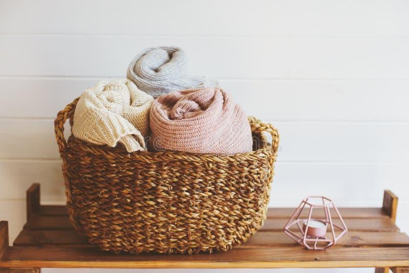 detalhes interiores acolhedores, estilo de vida minimalistic escandinavo fotografia de stock
