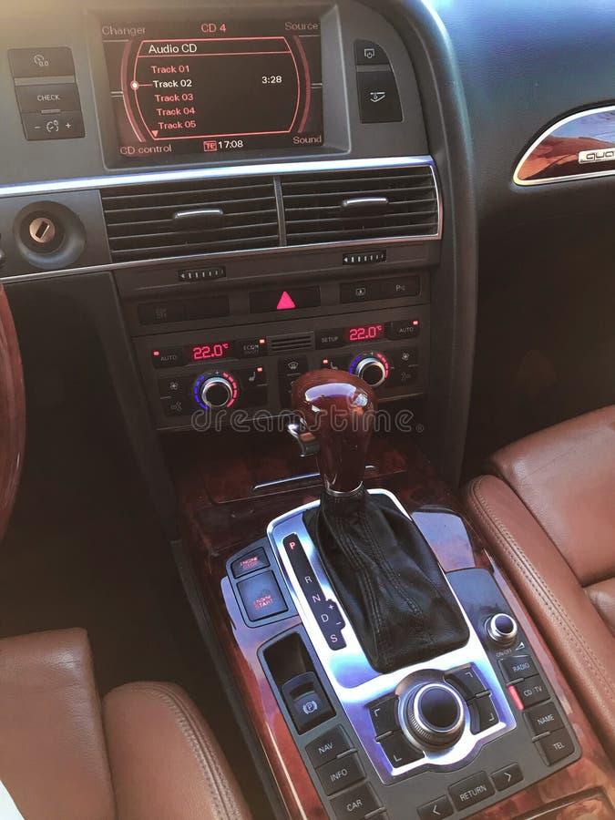 Detalhes interiores do carro de Uxury Painel e volante fotos de stock royalty free
