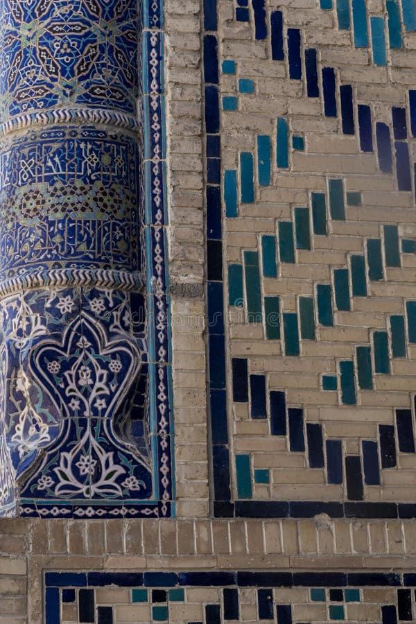 Detalhes islâmicos tradicionais do ornamento Arquitetura do Uzbeque Detalhes de paredes antigas da construção com as telhas feito fotos de stock