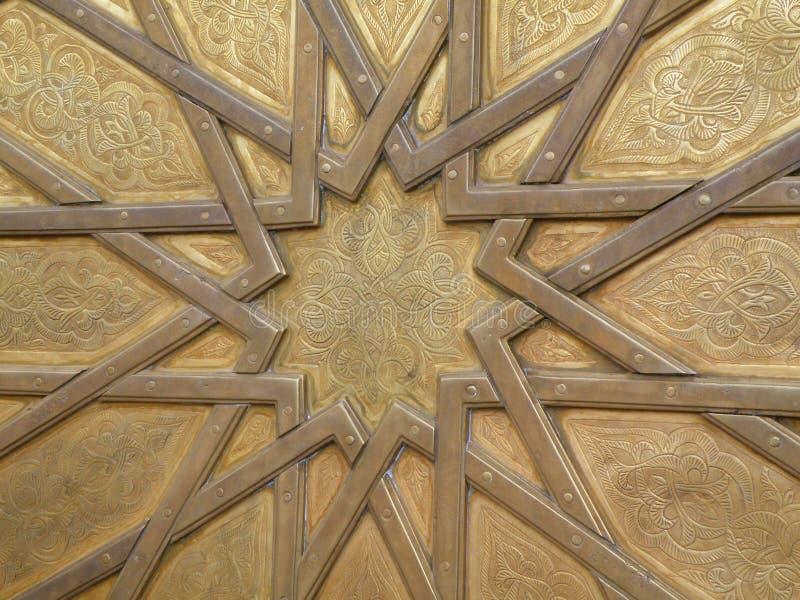 Detalhes marroquinos bonitos da porta de bronze de Royal Palace no fez, Marrocos fotos de stock royalty free