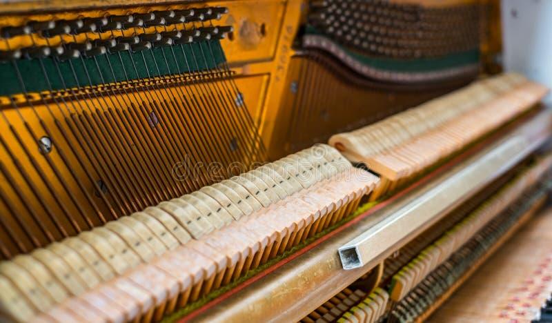 Detalhes para dentro do piano imagens de stock