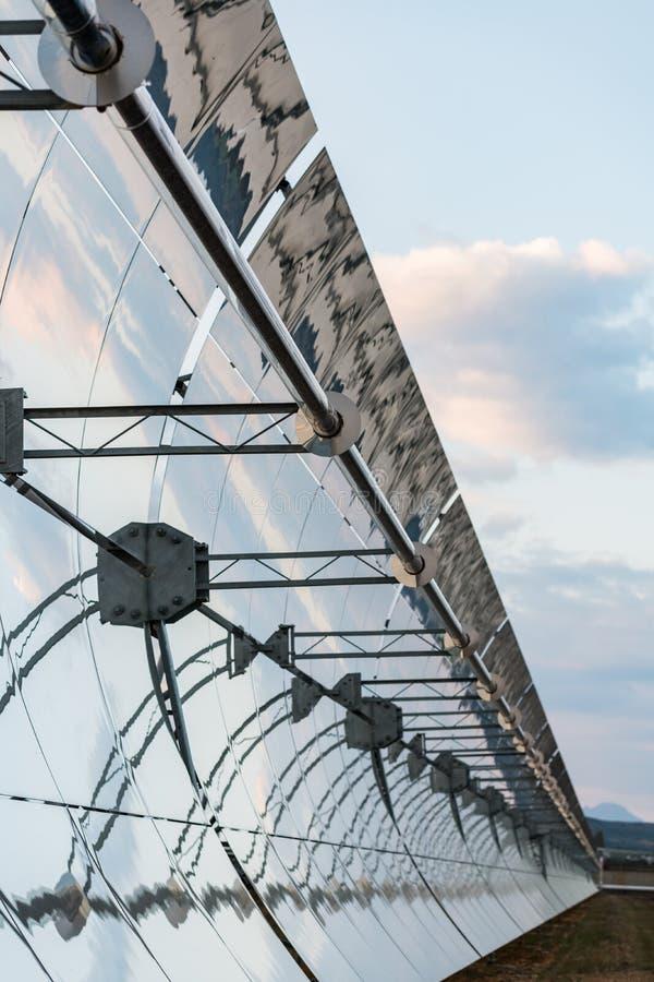 Detalj av anrikningsverken och solpanelerna av den sol- termiska kraftverket Solaben i Logrosan royaltyfria bilder