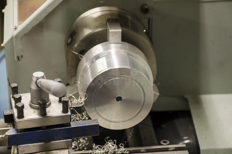 Detalj av arbete på drejbänken med aluminiummetall royaltyfri bild