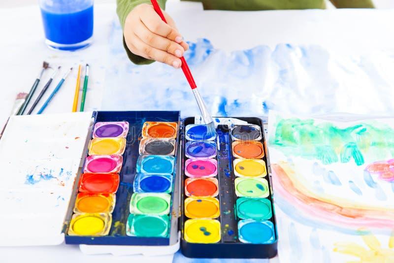 Detalj av att måla för händer arkivfoto