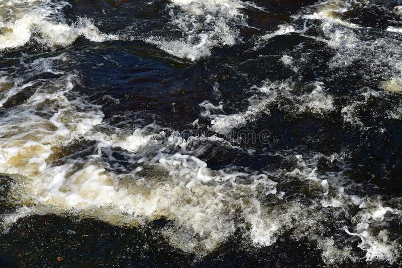 Detalj av att rusa vatten som är längst ner av en vattenfall royaltyfri bild