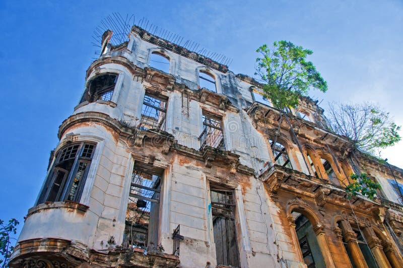 Detalj av att smula byggnadsfasaden i havannacigarren, Kuba arkivfoto
