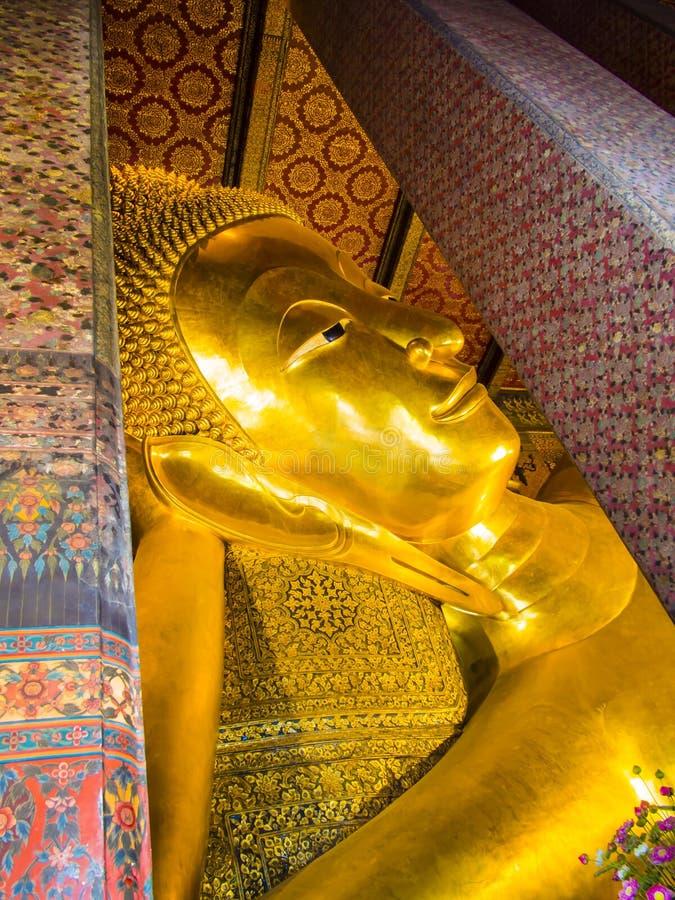 Detalj av att vila Buddhastatyn, Wat Pho Temple, Bangkok, Thailand arkivfoton