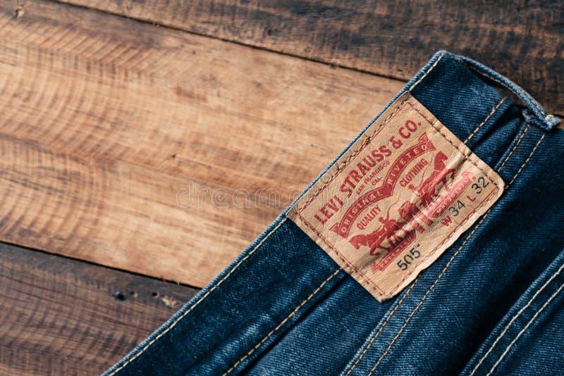 Detalj av baksidan av ett par av jeans för levi ` s royaltyfri bild