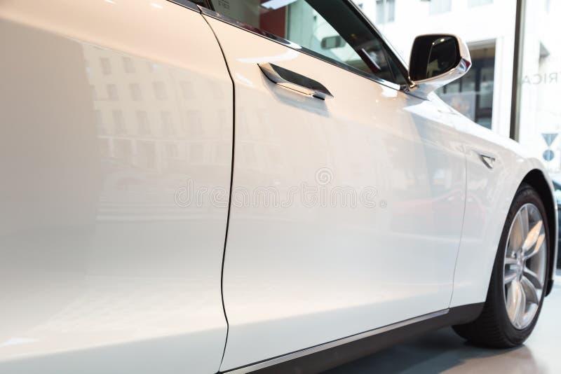 Detalj av bilen för Tesla modell S i Milan, Italien arkivbilder