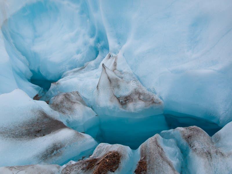 Detalj av blå is på en glaciär arkivfoton