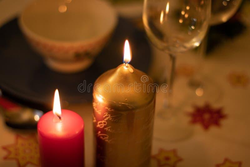 Detalj av brinnande stearinljus på en jultabell royaltyfri fotografi