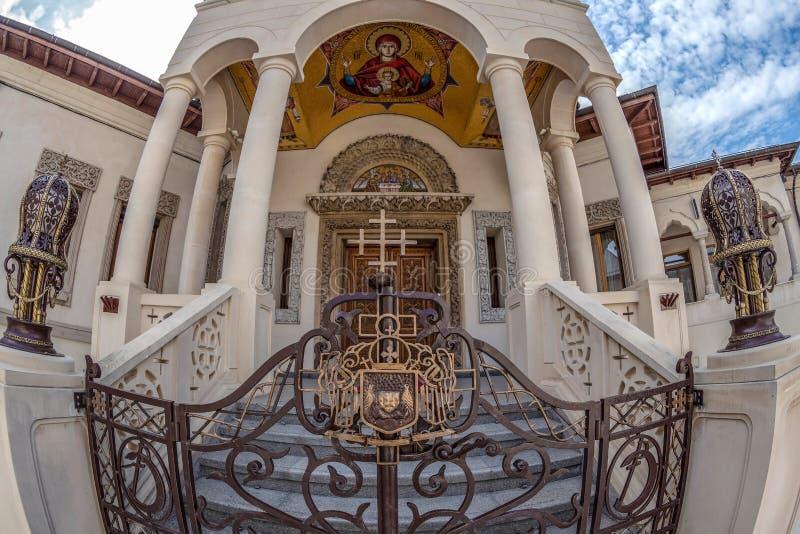 Detalj av byggnader i den inre domstolen av den rumänska Orthoden fotografering för bildbyråer