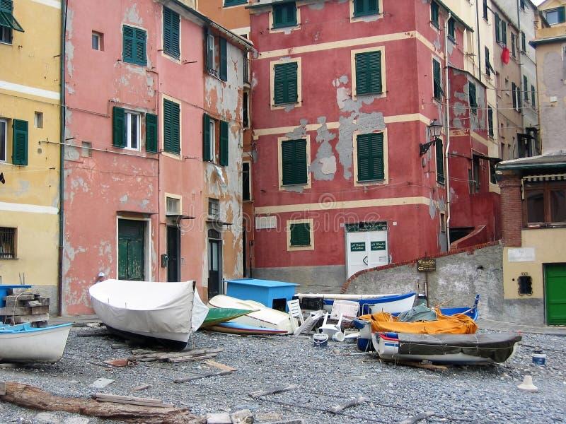 Detalj av byn av Boccadasse en gammal sjöman`-neighbourhoodon med små fartyg på stranden, Liguria Italien arkivfoton