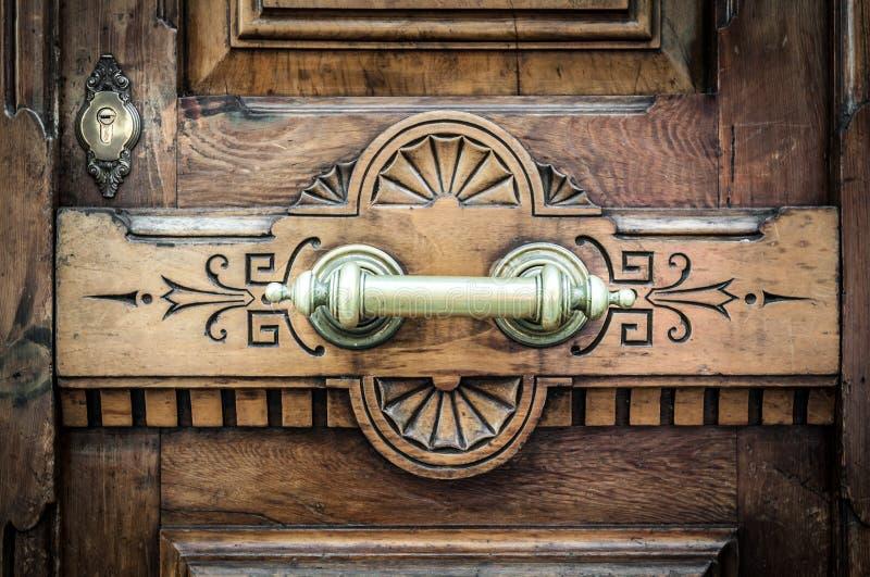 Detalj av dörren med den metallhandtaget och nyckelhålet. arkivbild