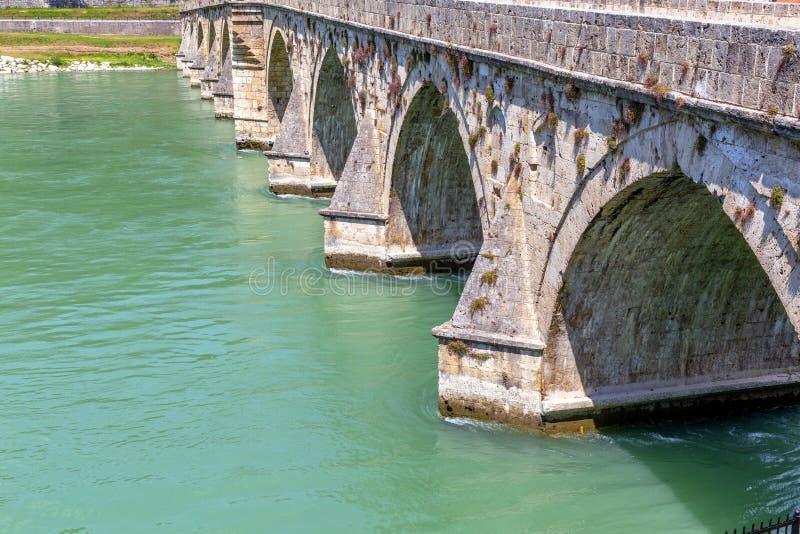 Detalj av den berömda bron för ottomanMehmed Pasha Sokolovic sten fotografering för bildbyråer