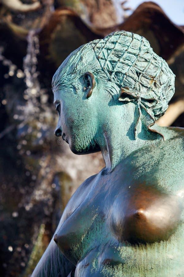 Detalj av den berömda springbrunnen på Alexanderplatzen royaltyfria foton