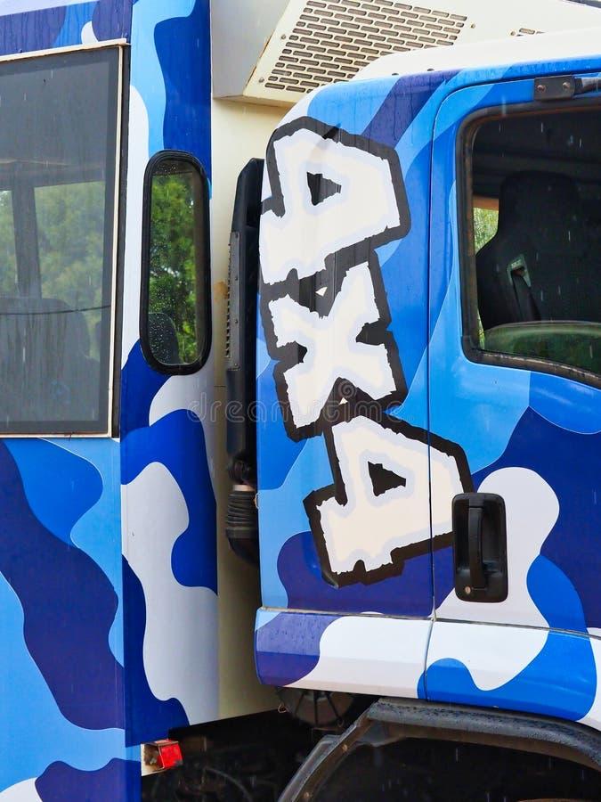 Detalj av den blåa och vita Camo 4x4 lastbilen royaltyfri fotografi