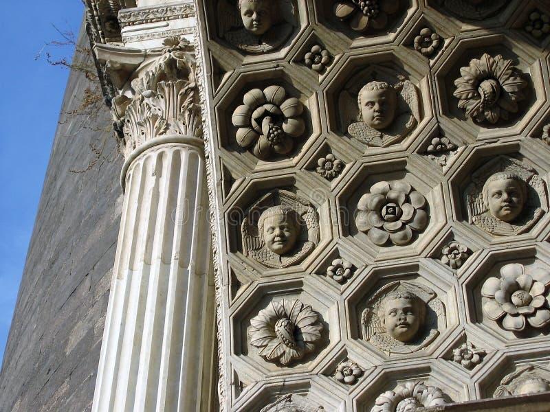 Detalj av den dekorerade väggen inom ingången av Castel Nuovo eller också manliga Angioino i Naples i Italien arkivfoton