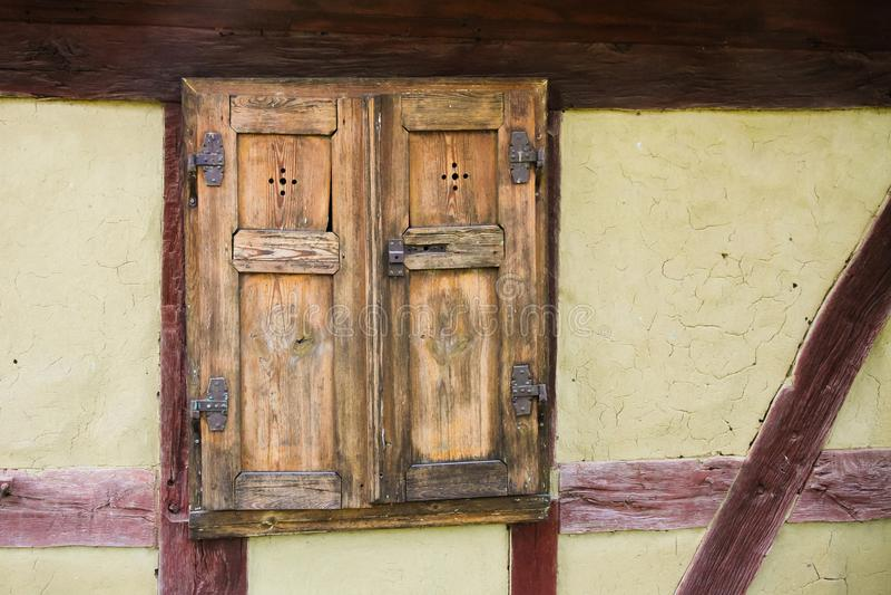 Detalj av den främre fasaden för fönster och för vägg av den timrade gamla traditionella halvan inrama husfasaden i Tyskland royaltyfri bild