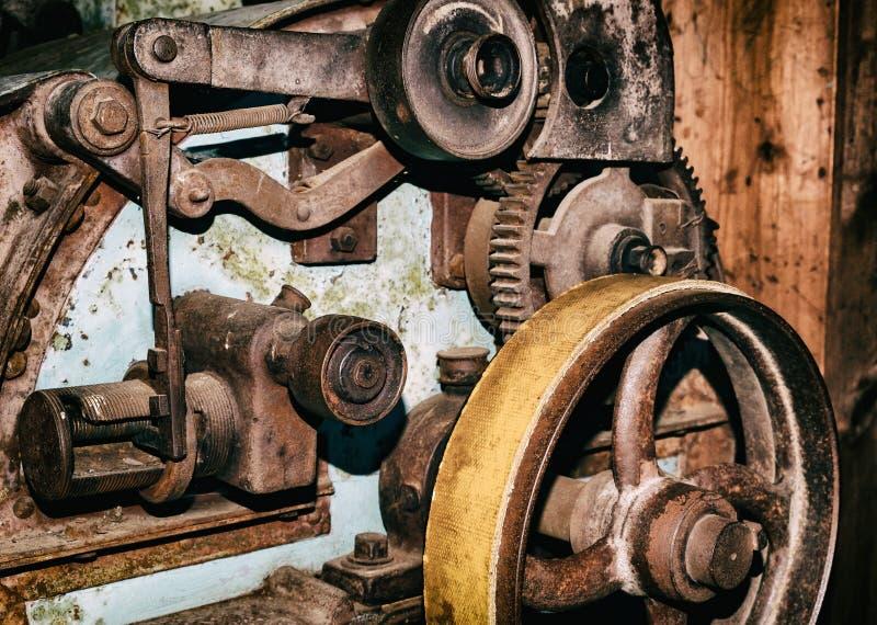 Detalj av den gamla maskinen för industriell produktion för tappning royaltyfri bild