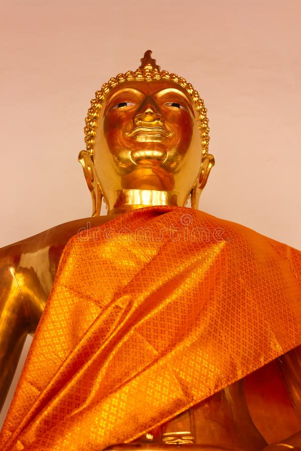 Detalj av den guld- Buddhastatyn på Wat Phra Kae, tempel av Emerald Buddha arkivfoto