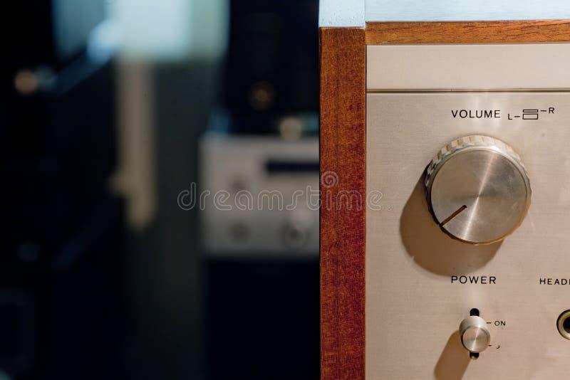Detalj av den hifi- stereo- förstärkaren för tappning royaltyfria bilder