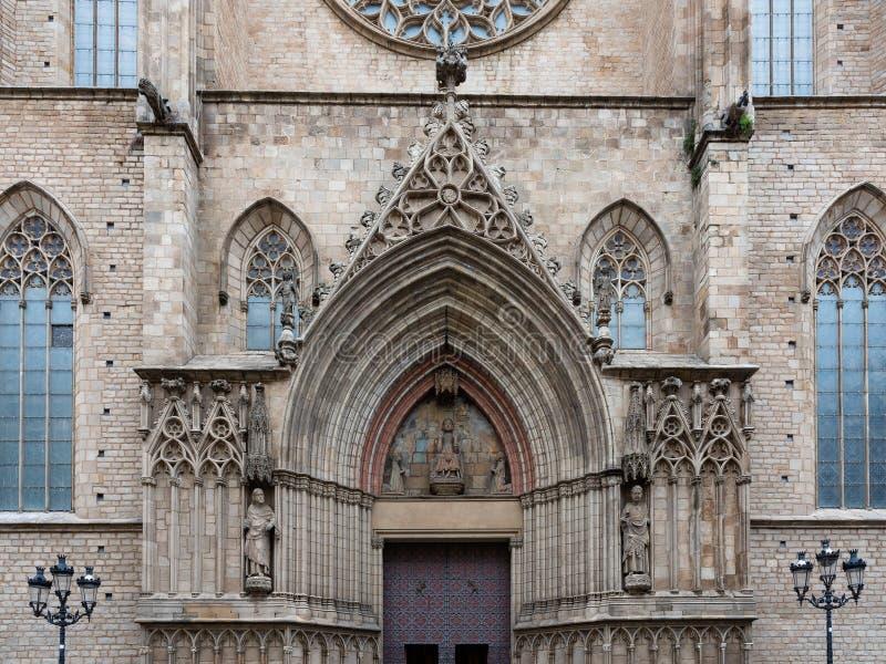 Detalj av den huvudsakliga ingången av basilikan Santa Maria del Mar i typisk Catalan som är gotisk med den spetsiga bågen och de arkivbild