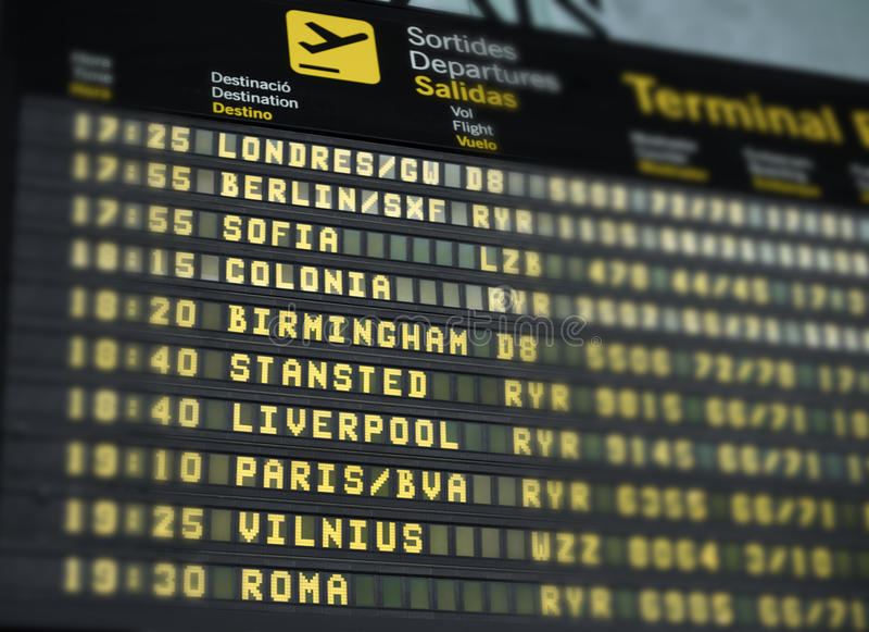 Detalj av den internationella destinationsflygplatspanelen fotografering för bildbyråer