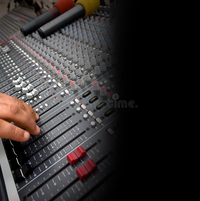 Detalj av den ljudsignal blandande konsolen arkivbilder