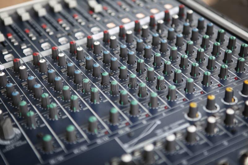 Detalj av den ljudsignal blandande konsolen arkivbild