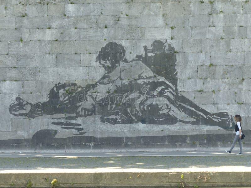 Detalj av den monumentala väggmålningen av William Kentridge länge Tiberen av Rome, Italien royaltyfria foton