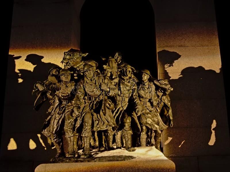 Detalj av den nationella krigminnesmärken, Ottawa, Kanada, på natten fotografering för bildbyråer