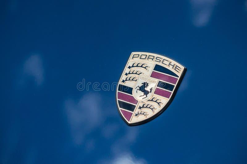 Detalj av den porsche 911 logoen på blå framdel för sportbil arkivbilder