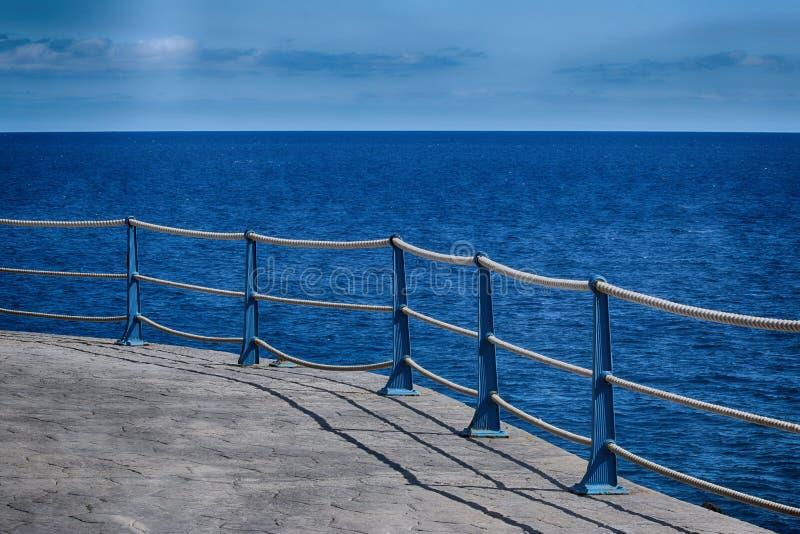 Detalj av den Roped barriären för havsvägg royaltyfri foto