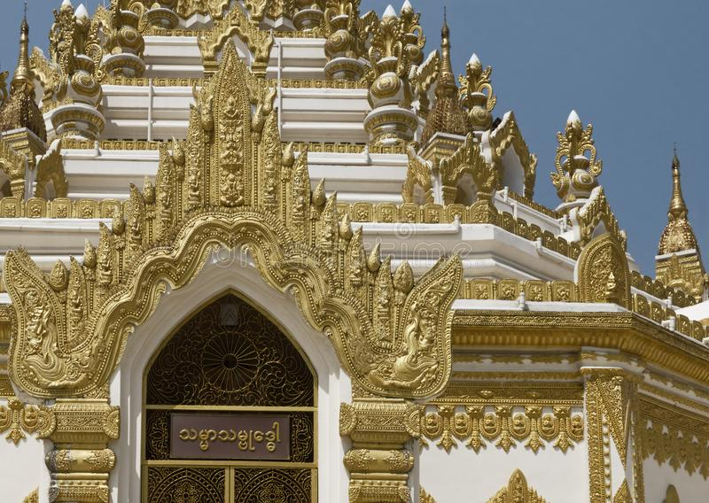 Detalj av den Swe Taw Myat pagoden i Yangon, Myanmar arkivbild